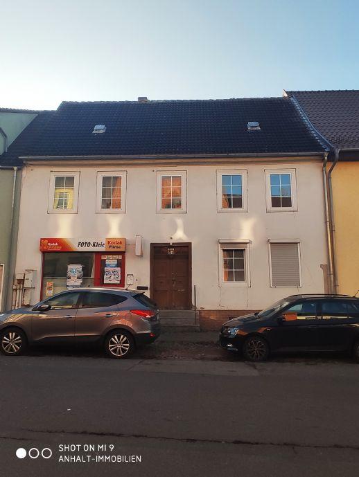 Sanierungsbedürftiges Wohn- und Geschäftshaus mit eigener Einfahrt und Scheune in zentraler Lage