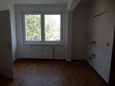 Küche mit Fenster und Speisekammer