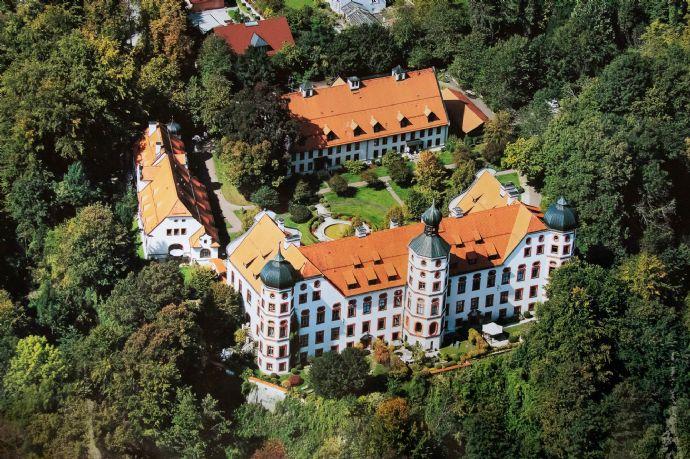 Renaissance-Schloss im Isartal - Lichtdurchflutete stilvolle 5-Zimmer-Erdgeschosswohnung