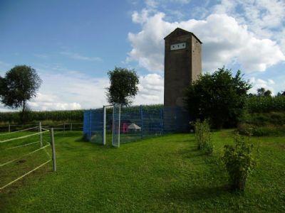 ehem. Stromturm - nun Zuhause von Enten u. Hühnern
