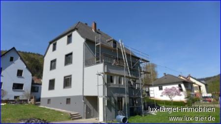 Top Vermietbarkeit. Geschmackvoll erneuertes 3 Familienhaus, 3 Stellplätze, 3 Garagen & großes GS.