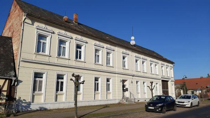 3-Seiten Hof mit Wohnhaus und Nebengelass
