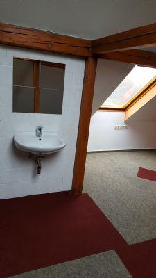 Dachgeschoss mit Waschbecken