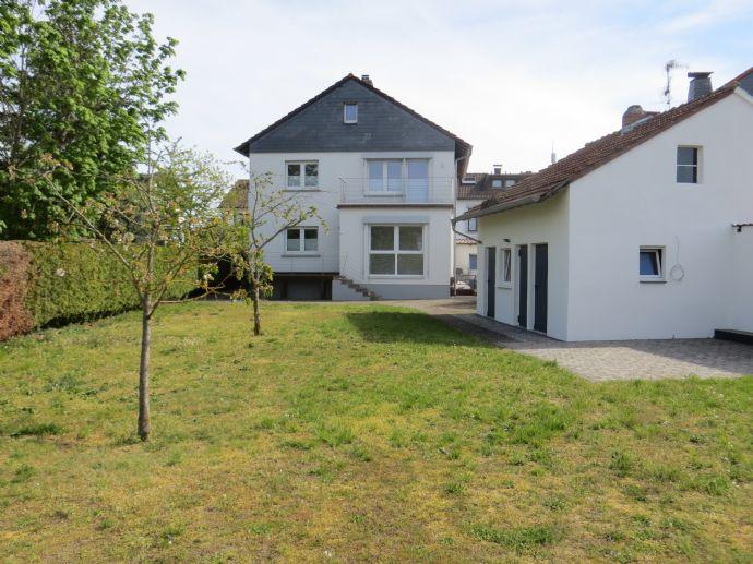 Modernisiert und top gepflegt - Zweifamilienhaus mit großem Garten, kleinem Nebengebäude und Garage!