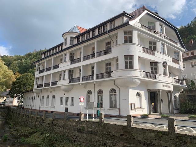 STUDENTEN- oder ÄLTEREN-WHG/ZIM. ? EHEMALIGES GROSSZÜGIGES HOTEL M. NEBENGEBÄUDEN NUR 15 KM VON BAYREUTH
