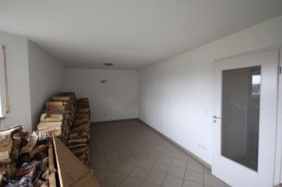 Büro im Untergeschoss, derzeit Holzlager