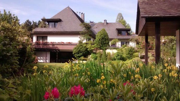 Villa mit großer Schwimmhalle in Toplage von Unterbach
