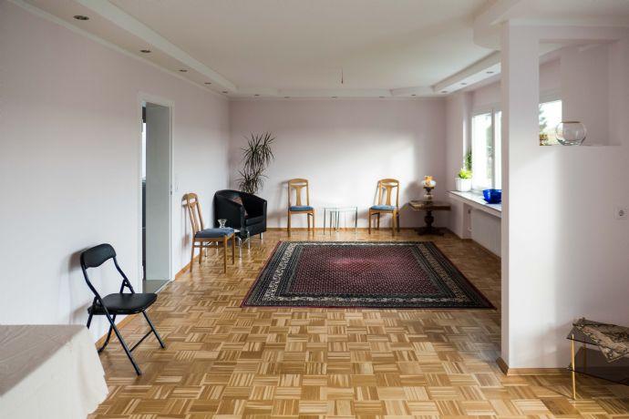Herrlich restaurierte Altbauwohnung mit Balkon im 1. OG