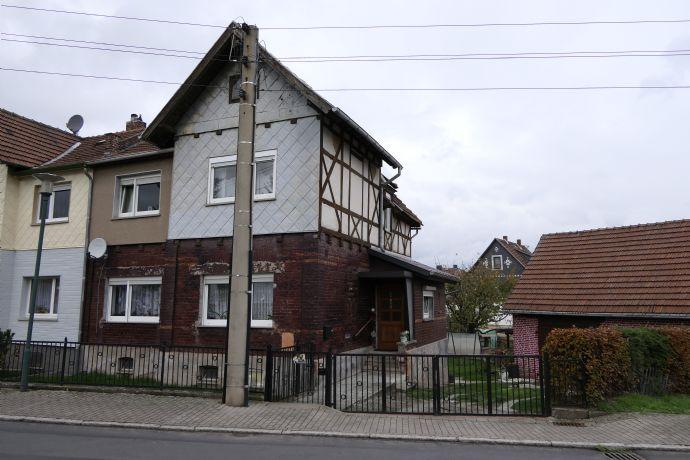 Doppelhaushälfte mit Nebengebäude