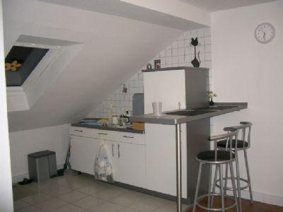 Küche mit Schränken und Kühl- Gefrier-Kombination