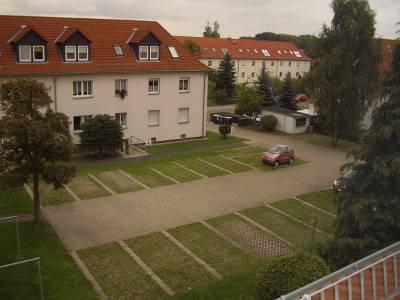 ruhiger Innenhof mit Stellplätzen