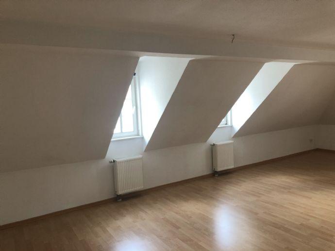 Große 2-Zimmerdachgeschoß-Wohnung mit Einbauküche sucht DICH