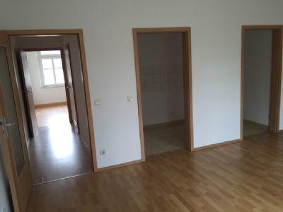 Wohnzimmer mit Zugang Küche und Zwischenflur