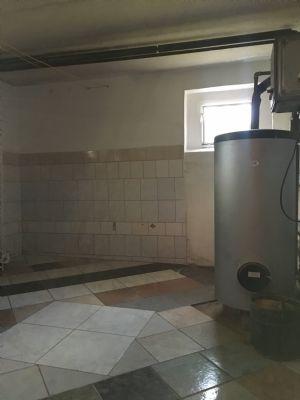 Warmwasserspeicher im Keller