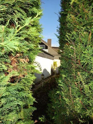 Erbbaurecht - Freistehendes Ein- bis Zweifamilienhaus mit Wintergarten, Schwimmhalle im Garten, 2 mit Werkstattraum unterkellerte Garagen,