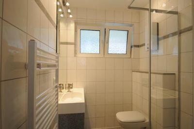 ... mit weißen Fliesen, Fenster, Handtuchwärmer