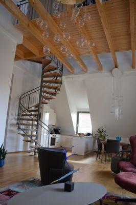 Wohnen/Essen mit Treppe zur Galerie