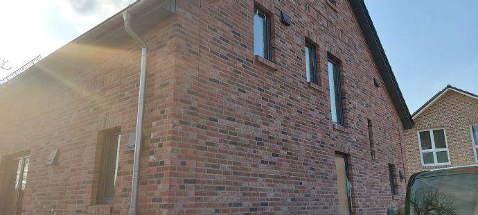Schöne Wohnung im ersten Geschoss mit Studio im Dachboden
