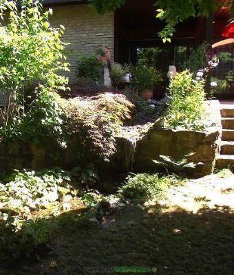 Wasserfall speist den Bach