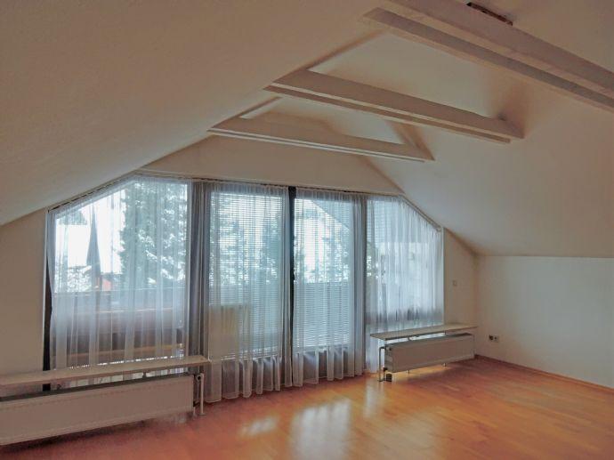 Lichtdurchflutete 2-ZKB Dachgeschoßwohnung mit Balkon mit Blick in den Garten! Natur- und stadtnah!