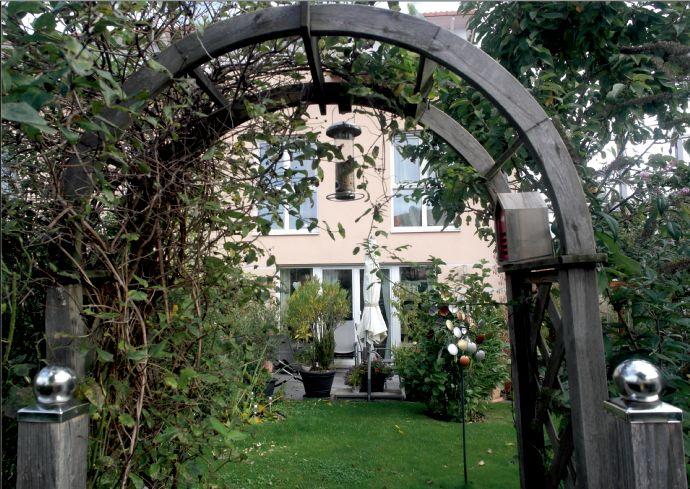 Vaterstetten: großes neuwertiges Reiheneckhaus mit traumhaft schönem Garten