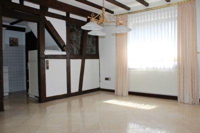 Wohnzimmer mit Teilblick Küche