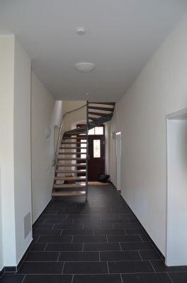 Hauseingangsbereich mit Treppe zu den OGs