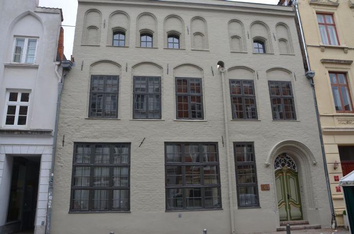 Wohnen im Denkmal: Sonnige 92 m² Maisonettewohnung mit kleiner Loggia in ruhiger Altstadtlage - Ers
