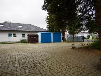 Hofraum mit 2 Garagen