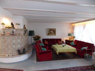 das Wohnzimmer mit Kachelofen