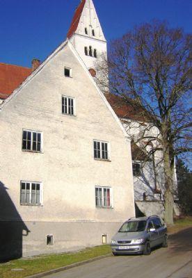 Zweistöckiges Wohnhaus in der Nähe der Pfarrkirche