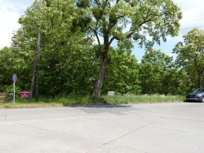 Grundstücksbreite vom Auto bis links zum Schild
