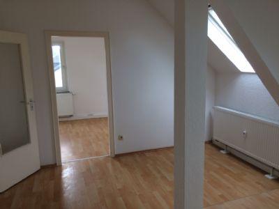 helle 2 zimmer dachgeschosswohnung mit gas zentralheizung und neuem laminat etagenwohnung. Black Bedroom Furniture Sets. Home Design Ideas