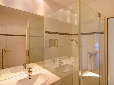 Badezimmer mit verglaster Dusche und Badewanne