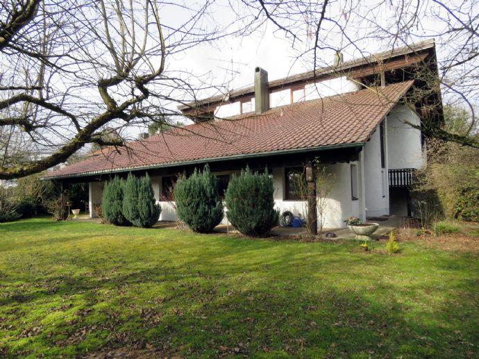 Architektenhaus im Landhausstil mit Einliegerwohnung in absolut ruhiger Ortsrandlage von Tittling