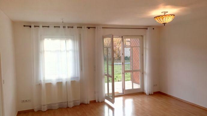 Idyllisch Wohnen in Oberpoyritz : - 2 Zimmer, Einbauküche, Terrasse, Badewanne