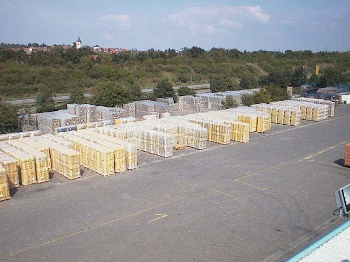 Werbewirksame gepflasterte Außenlager-Ausstellungsfläche direkt an der A66 kurz vor FFM zuvermieten