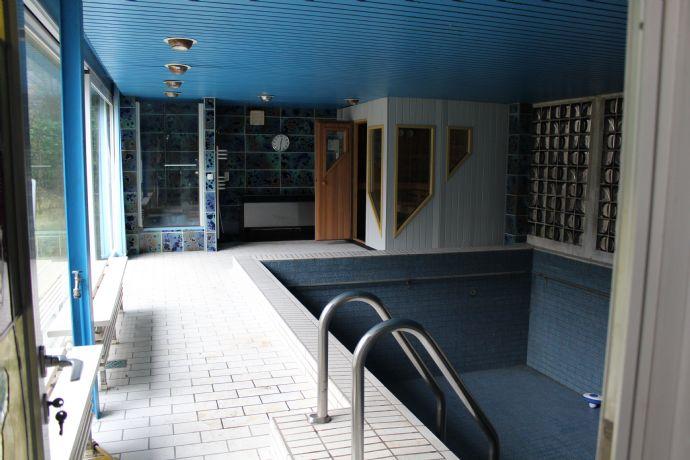 Einfamilienhaus mit Schwimmbad- und Wellness-Anbau sowie Wintergarten!