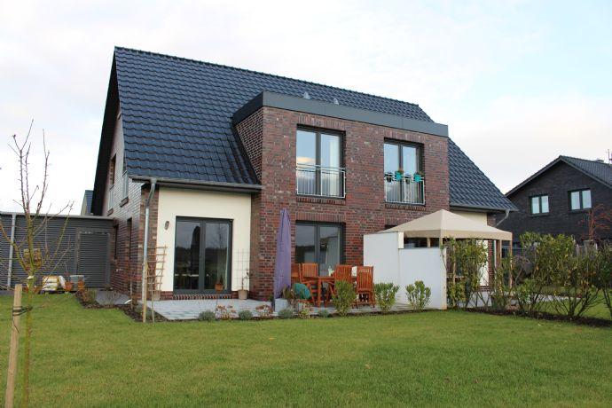 Neubau von vier modernen Doppelhaushälften in grüner Umgebung