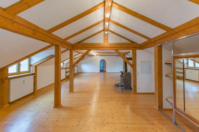 Dachgeschoss Wohnung Atelier in außergewöhnlicher