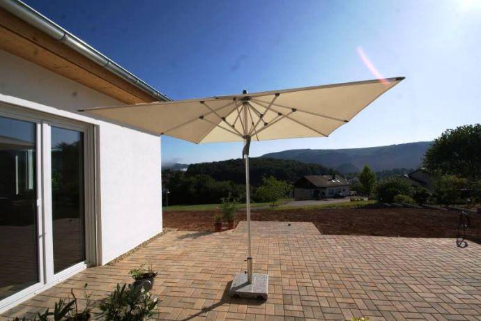 Freistehender Bungalow in neuwertigem Zustand + Carport + Sonnenterrasse mit tollem Weitblick