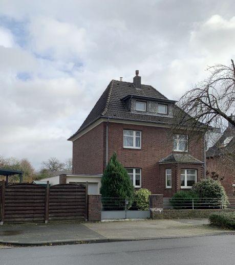 V E R K A U F T . Tolles freistehendes Einfamilienhaus mit großzügiger Anbaumöglichkeit. V E R K A U F T