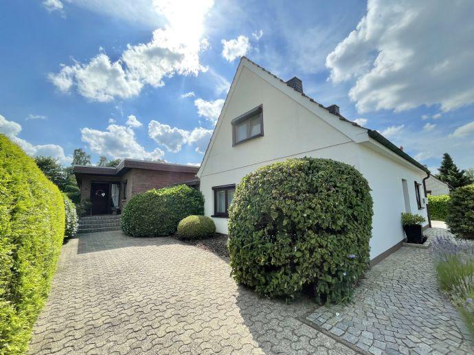 zwei Häuser mit großem Garten