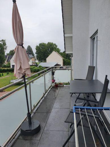 3-Zimmer-Wohnung, Bad mit Wanne und Fenster